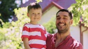 Padre y niño pequeño felices al aire libre almacen de video