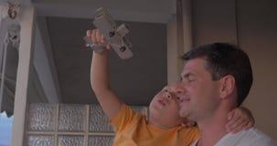 Padre y niño que juegan con el avión del juguete metrajes