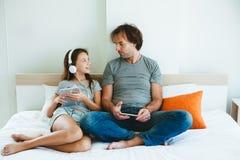 Padre y niño que juegan en la tableta Fotos de archivo libres de regalías