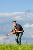 Padre y niño que juegan junto Imagen de archivo