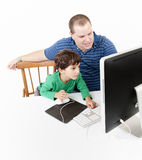 Padre y niños con el ordenador imagenes de archivo