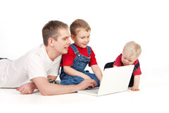 Padre y niños con la computadora portátil Fotografía de archivo libre de regalías