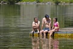 Padre y niños en el lago Foto de archivo libre de regalías
