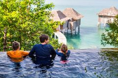 Padre y niños en la piscina Foto de archivo libre de regalías