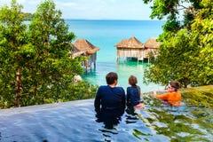 Padre y niños en la piscina Fotos de archivo libres de regalías