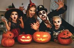 Padre y niños felices de la madre de la familia en los trajes y el maquillaje o Imágenes de archivo libres de regalías