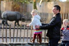 Padre y niños que disfrutan de día soleado en el parque zoológico Fotos de archivo libres de regalías