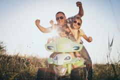 Padre y niños que juegan en el camino en el tiempo del día Imagen de archivo libre de regalías