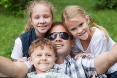 Padre y niños que juegan en el parque Fotos de archivo libres de regalías