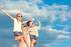 Padre y niños que juegan en el parque en el tiempo del día Fotografía de archivo libre de regalías