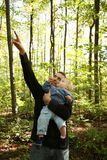 Padre y niño en bosque Foto de archivo libre de regalías