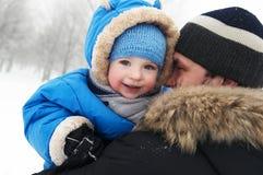Padre y niño en invierno Foto de archivo libre de regalías