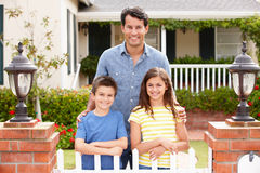 Padre y niños que colocan el hogar exterior Foto de archivo libre de regalías