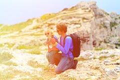 Padre y pequeña hija que caminan en montañas Foto de archivo libre de regalías