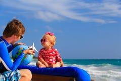 Padre y pequeña hija que juegan con el globo encendido Foto de archivo libre de regalías