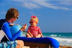 Padre y pequeña hija que juegan con el globo encendido Foto de archivo