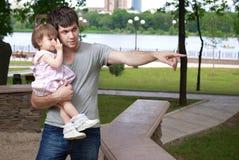 Padre y pequeña hija que recorren en parque Imagen de archivo libre de regalías