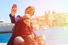 Padre y pequeño hijo que hacen el selfie mientras que viaje Imagen de archivo libre de regalías