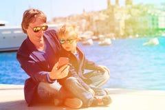 Padre y pequeño hijo que hacen el selfie mientras que viaje Fotos de archivo libres de regalías