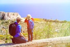 Padre y pequeño viaje del hijo en montañas Imágenes de archivo libres de regalías