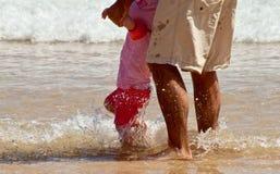 Padre y poca hija en el océano fotos de archivo