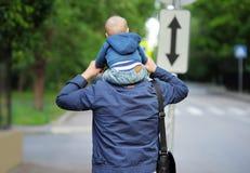 Padre y su caminar Foto de archivo