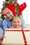 Padre y su regalo de Navidad de la apertura de la hija Foto de archivo