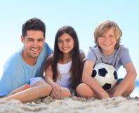 Padre y sus niños con una bola Foto de archivo libre de regalías