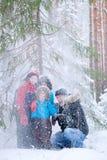 Padre y tres hijos en bosque del invierno Imagenes de archivo