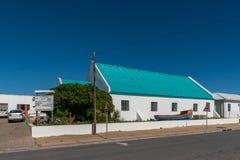 PADRENOSTRO, SUDAFRICA, IL 21 AGOSTO 2018: Una scena della via, con la st Augustine Anglican Church e scuola, in Padrenostro sopr immagine stock libera da diritti