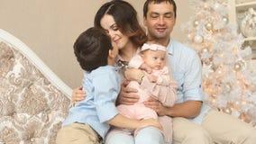 Padres adultos jovenes con sus niños en tiempo de la Navidad almacen de video