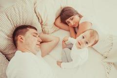 Padres cansados y soñolientos Imagen de archivo libre de regalías