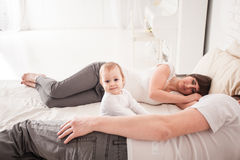 Padres cansados y soñolientos Fotos de archivo libres de regalías