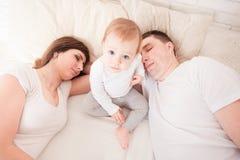 Padres cansados y soñolientos Imágenes de archivo libres de regalías