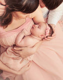 Padres cariñosos que cuidan que detienen al pequeño bebé durmiente lindo Fotografía de archivo libre de regalías