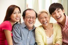 Padres chinos con los niños adultos que se relajan Fotografía de archivo libre de regalías