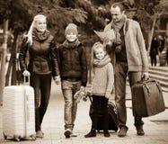Padres con dos niños y equipaje con el mapa Fotos de archivo