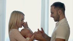Padres con el bebé en las manos metrajes