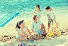 Padres con jugar de cuatro niños Fotografía de archivo libre de regalías