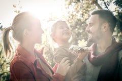 Padres con la hija en naturaleza Imagenes de archivo