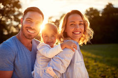 Padres con la hija junto Fotos de archivo