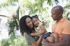 Padres con la hija que goza en parque Imagenes de archivo