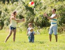 Padres con las pequeñas hijas al aire libre Imágenes de archivo libres de regalías