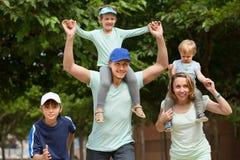 Padres con los niños al aire libre Fotografía de archivo libre de regalías