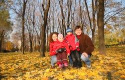 Padres con los niños en parque Fotografía de archivo