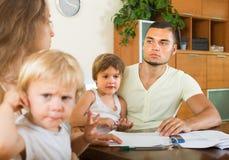 Padres con los niños que tienen pelea Imagen de archivo libre de regalías
