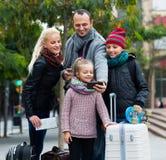 Padres con los niños que toman el selfie Fotografía de archivo