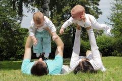 Padres con muchos niños imagenes de archivo