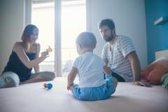 Padres con su hijo Imagen de archivo libre de regalías