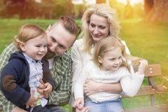 Padres con sus niños en parque imágenes de archivo libres de regalías